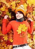 Jonge vrouw in herfst oranje bladeren. Buiten.