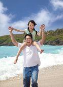 Постер, плакат: Счастливая девушка и отец на пляже