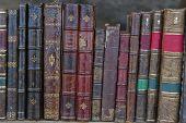 Un montón de viejos resistido libros en un estante