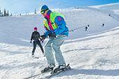 Joven esquiadora masculino en nieve en polvo; orientación horizontal