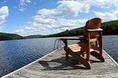Holz Stuhl auf See Deck im Sommer