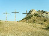 drei Kreuze auf dem Hügel