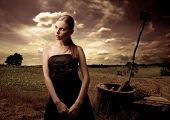 Portrait of Woman in schwarzen eleganten Kleid im Land