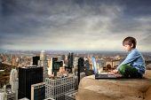 kind met laptop op de bovenkant van NY city