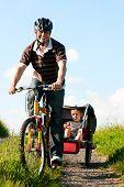 Dad fahren seine zwei Kinder auf ein Wochenende Ausflug mit Motorrädern an einem Sommertag in schönen landscap