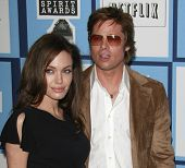 SANTA MONICA - 23 de fevereiro: Brad Pitt e Angelina Jolieat 2008 Independent Spirit Awards realizada a