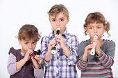 Três jovens jogando o gravador