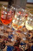 Rot und weiß Wein auf einem Grill