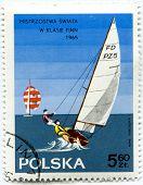 Polonia - CIRCA 1965: Sello polaco con motivo de los campeonatos del mundo en la clase Finn en Gdynia, ci