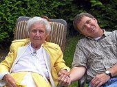Großmutter und Enkel hand in hand