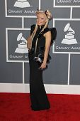 LOS ANGELES - 10 de fev: Kerli chega no 55o Anual Grammy Awards no Staples Center, em fevereiro