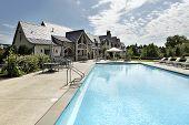 Swimmingpool mit großen Deck