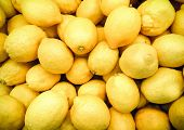 Постер, плакат: Fresh lemons in supermarket