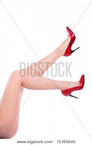 Постер, плакат: Женские ножки в элегантной обувь красного цвета на белом фоне, холст на подрамнике