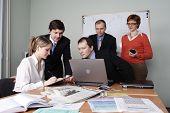 Grupo de 5 personas de negocios trabajando juntos en la oficina.