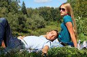 Retrato de um jovem casal apaixonado em um piquenique.