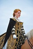 Rainha chega na traseira do cavalo