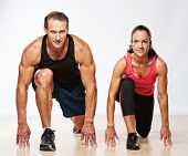 Athletic Man und Woman doing Fitnessturnen