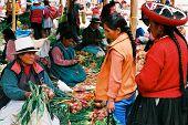 Mercado de domingo de Chinchero, Peru
