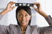 Empresária americana Africano segurando o nível na cabeça