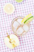 Wasser mit Zitrone und Limette, Apfel In ein Glas mit Eis