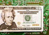Nota de vinte dólares na frente da placa de circuito