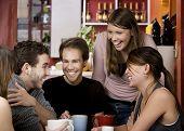 Amigos en una casa de café
