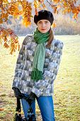 image of beret  - Woman in black beret and gloves holding bag - JPG
