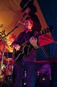 Ben Daughtry aus Exeter basierte Band n.u.m.b. die live in die Welt-Zirkuszelt