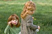 Zwei junge Mädchen Blasen Blasen