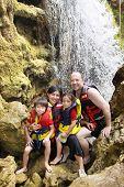 Família feliz na cachoeira