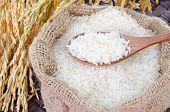 Colher de pau com arroz cru