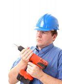 Obrero de la construcción con la taladradora