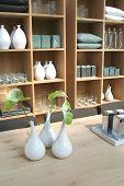 Caseros objetos en estante