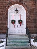 Weiße Kirche Doppeltüren mit Kränze