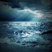 Постер, плакат: Луч солнца на море