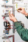 Elektriker Hände arbeiten mit Schraubendreher
