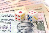 Banknoten und Würfel