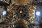 wunderschöne? Eiling von der barocken Kirche in Italien, Rom.