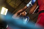 Dos atletas masculinos pelear en el Ring de boxeo
