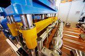 LOBNYA - 7 de JUN: Linha automatizada para folhas de metal em forma forma na oficina de fabricação na planta de