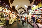 Istambul - 4 de julho: Pessoas olhar mercadorias no bazar egípcio, em 4 de julho de 2012, em Istambul, Turquia. Tur