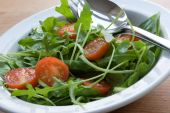 picture of mange-toute  - Salad of spinach rocket mange tout and cherry tomatoes - JPG