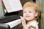 ziemlich glücklich Kind spielen Klavier im Innenraum