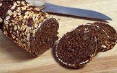 Close-up sobre un pan de centeno pumpernickel en rodajas