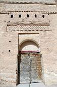 Torre e porta de madeira