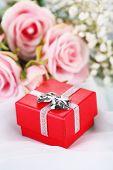 Rozen en gift box op een witte doek