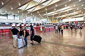Menschen Einchecken am Wiener Flughafen