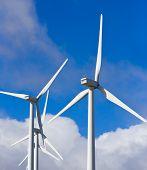 Molinos de viento en el cielo azul, energías alternativas