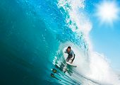Surfer reitet Big Wave, In the Tube mit sonnigen blauen Himmel